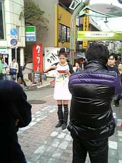 竹下通りでラーメンをすする女